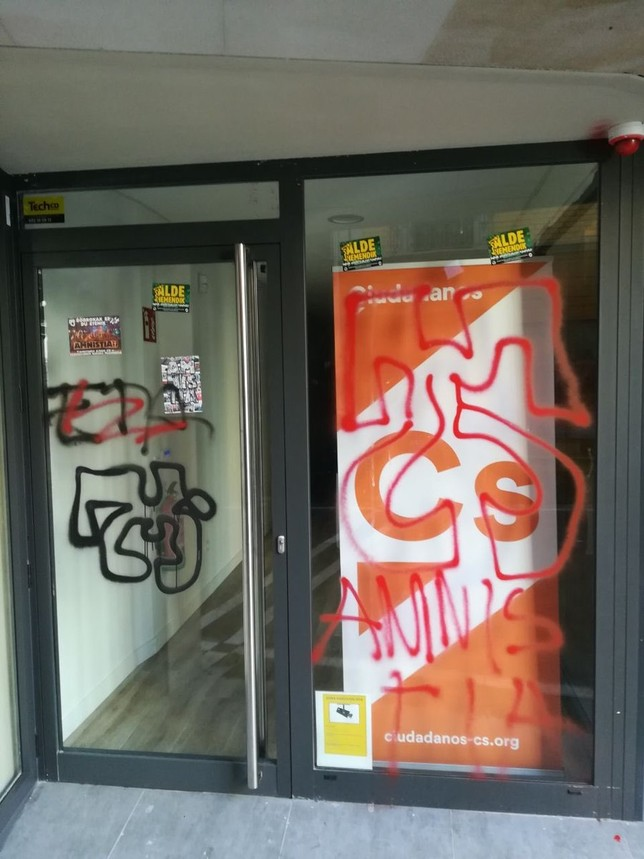 Aparece con pintadas la sede de Ciudadanos en Pamplona