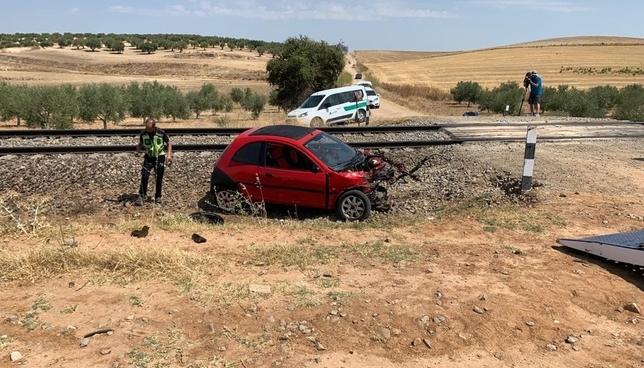 Imagen del coche siniestrado, en un paso a nivel situado en una zona agrícola en las afueras de Domingo Pérez.