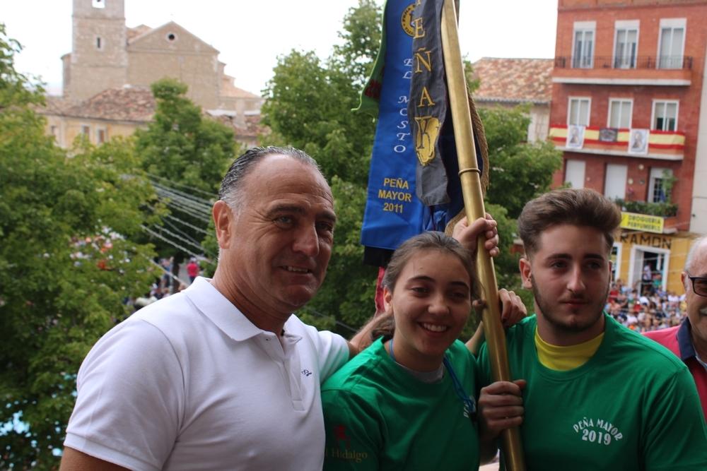 Entrega del banderín de Peña Mayor a 'Las Pilis' por parte del alcalde.