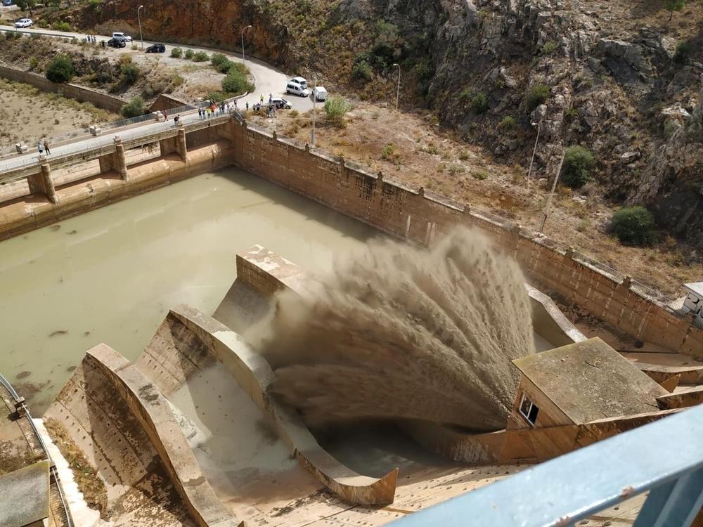El pantano de Santomera abre sus compuertas