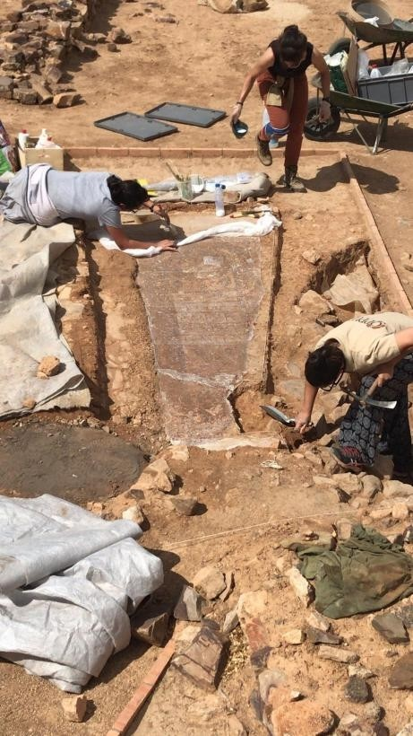 Arqueólogos descubren en Oreto una lauda sepulcral visigoda