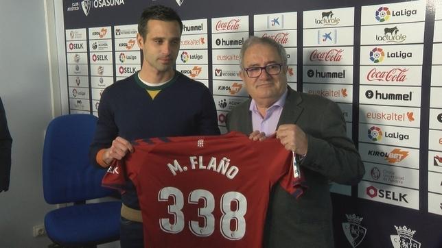Miguel Flaño con una camiseta conmemorativa por sus 338 partidos con Osasuna