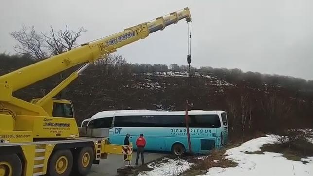 Rescatado el autobús escolar que se quedó atascó en Aralar