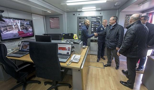 El consejero también entró al puesto de mando avanzado del camión, al que han hecho modificaciones.  Yolanda Lancha