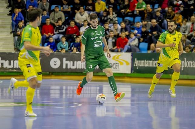 Adri Ortego conduce el balón en el partido frente a Jaén