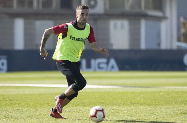 Rober Ibáñez conduce el balón en un entrenamiento en Tajonar