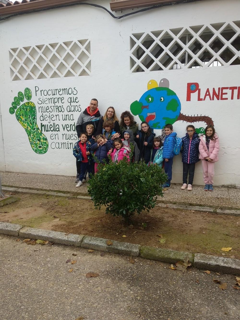 Los alumnos han decorado las paredes exteriores de los edificios con mensajes para no olvidar cuidad el medio ambiente.