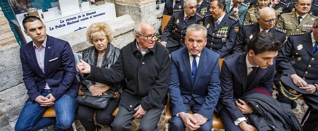 Policías nacionales víctimas de atentados de ETA con familiares de compañeros asesinados y el presidente de la Asociación de Víctimas de Castilla-La Mancha Rueda Villaverde
