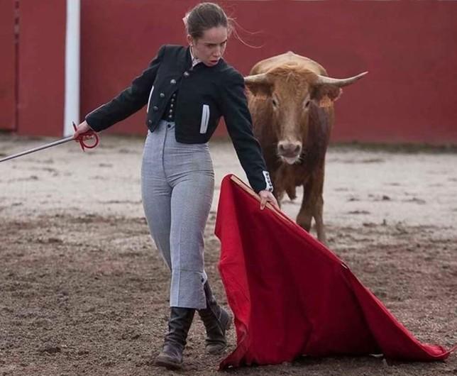 La joven remata una serie con un aire torero.
