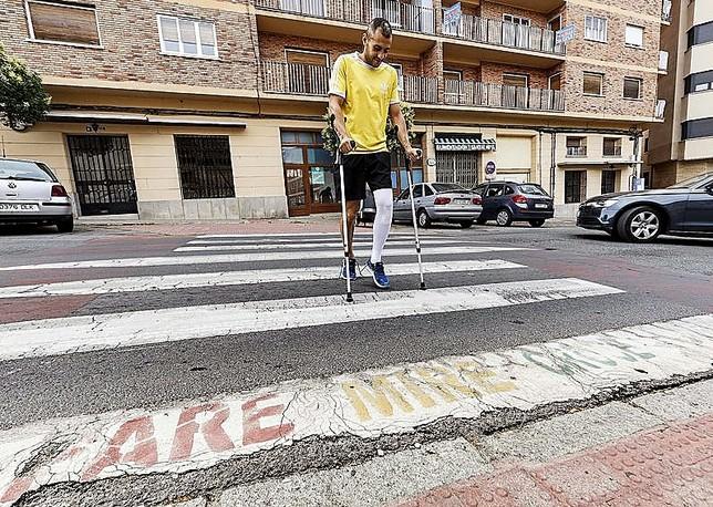 El jugador del C.D. La Granja cruza por un paso de peatones, en la calle Coronel Rexach.