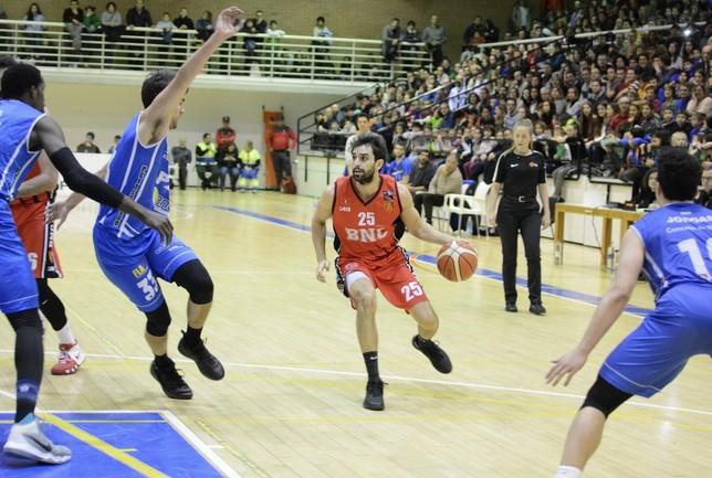 Carles Marzo intenta avanzar ante la oposición de un rival. Iñaki Martínez