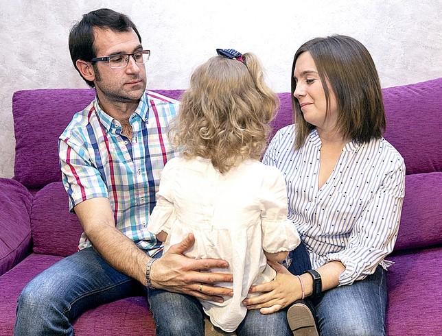 Cristóbal y Beatriz, con su hija Naiara.