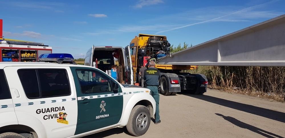 Fuga de combustible de un vehículo pesado por sobrecarga