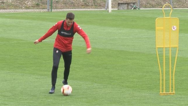 Juan Villar se dispone a realizar un pase en el primer ejercicio del entrenamiento NATV