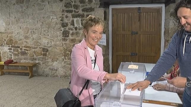 Bel Pozueta vota en el colegio electoral de Alsasua