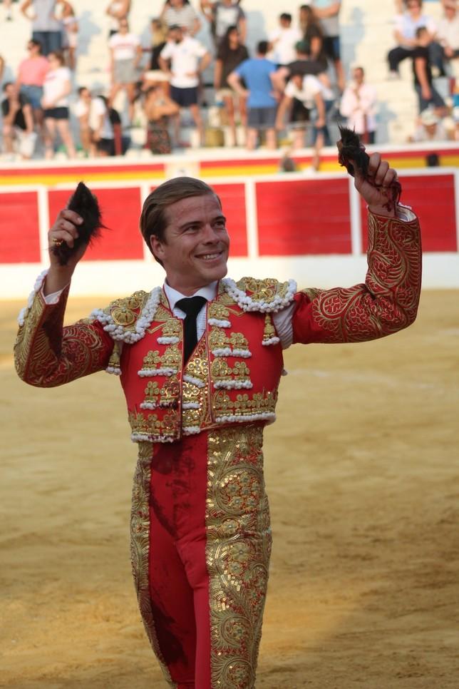 El madrileño Javier Cortés paseó un total de tres orejas.