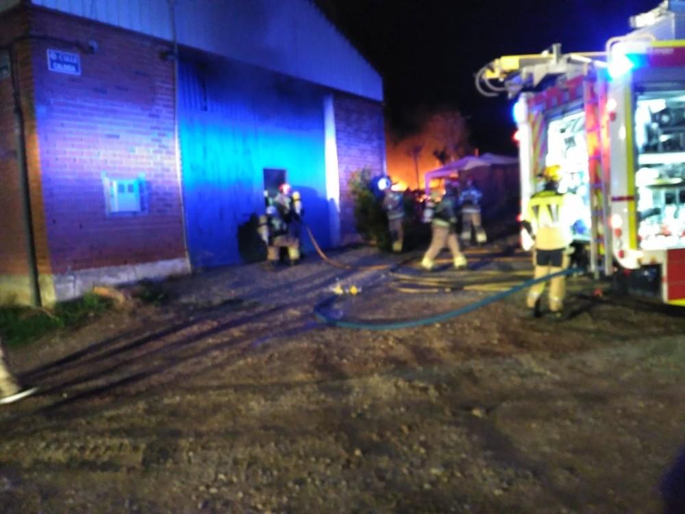 Los bomberos sofocan un incendio en una nave en Las Flores