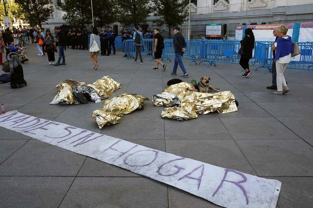 La Policía desaloja a varias personas sin techo en Madrid