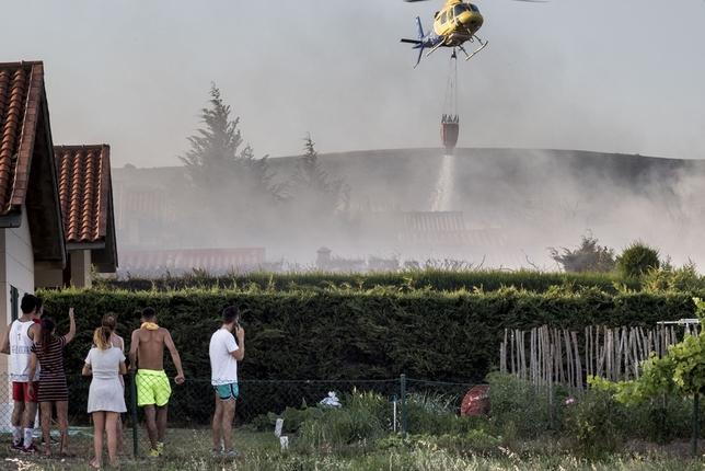 El helicóptero de Pradoluengo realiza una descarga.