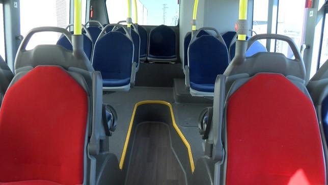 Los asientos, tapizados y mullidos, son más cómodos, aunque habrá que ver qué tal soportan el paso del tiempo. Los rojos son de preferencia para personas con movilidad reducida.