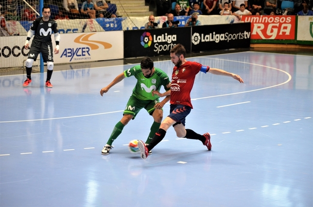 Roberto Martil lucha por un balón en pista rival Asier Cotelo
