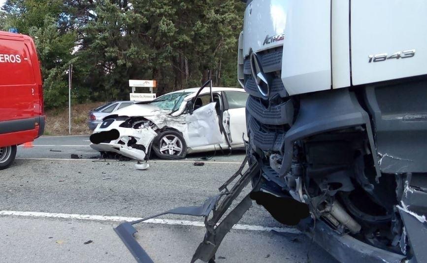 Tremendo choque entre un coche y un camión en la NA-240