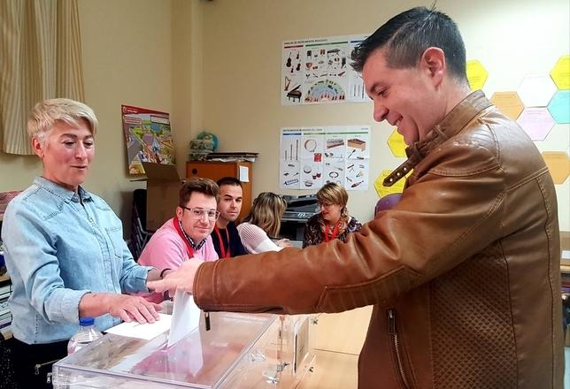 El secretario General Provincial del PSOE, Santiago Cabañero, votó en el Colegio Público Pinares de La Manchuela en su pueblo, Cenizate, al filo de las 9:30 horas PSOE