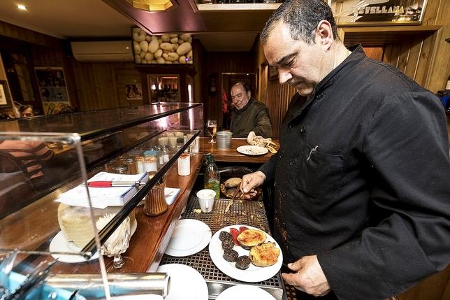 Miguel Alonso ofrece en el bar-restaurante Timoteo un enorme abanico de sugerencias y combinaciones con la patata asada como centro de los platos.  Luis López Araico