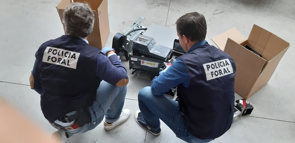 Detenidos por asaltar tiendas y llevarse cajas de autocobro