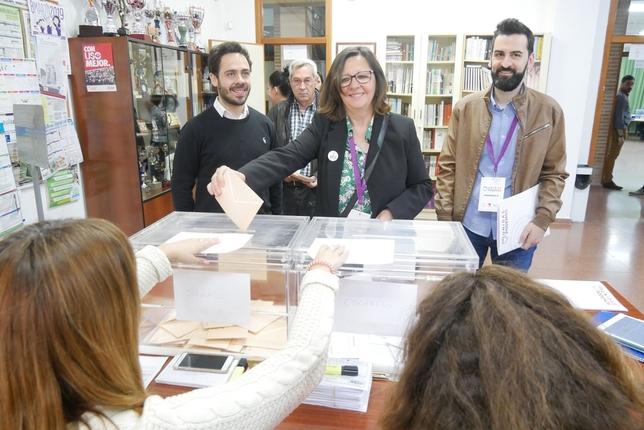 Victoria Delicado ejerce su derecho al voto, junto a Fran Casamayor y José Antonio Peñaranda.  U. P.