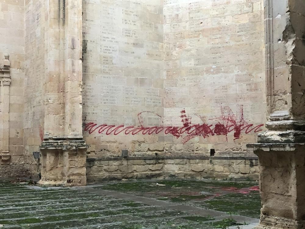 Llenan de pintadas antifranquistas las ruinas de San Agustín