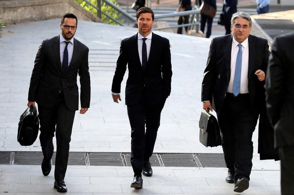 Xabi Alonso (c) llegando al juzgado acompañado por sus abogados