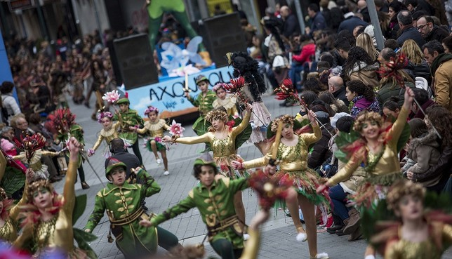 El desfile de Piñata atrae a 3.600 personas de 45 peñas Pablo Lorente