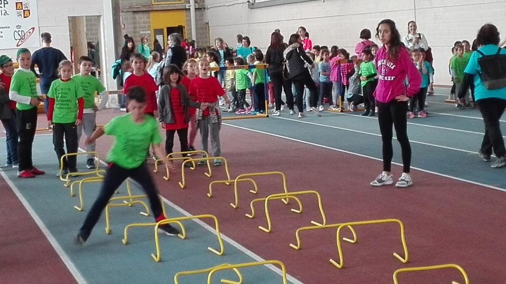 400 niños conviven con la 'excusa' del atletismo