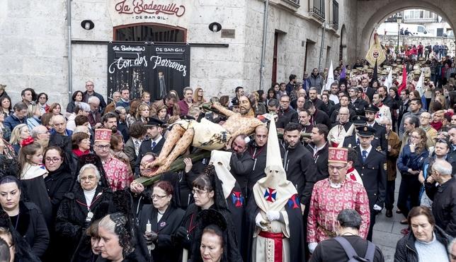 Un concierto de cornetas para 'curar' al Cristo de las Gotas