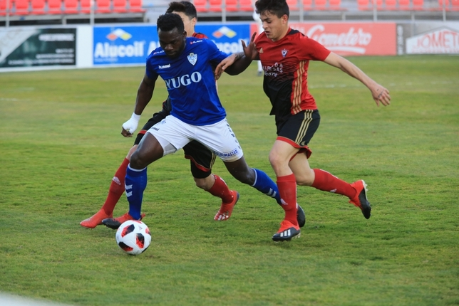Essomba, presionado por dos rivales. Truchuelo (Diario de Burgos)