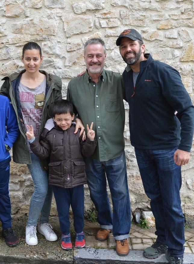Donald Trump Jr. (i.) junto a los propietarios de Camino de la Fuentona y el hijo de la pareja