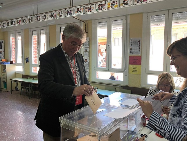 El alcalde de Illescas y candidato al Senado, José Manuel Tofiño, votó en su municipio.