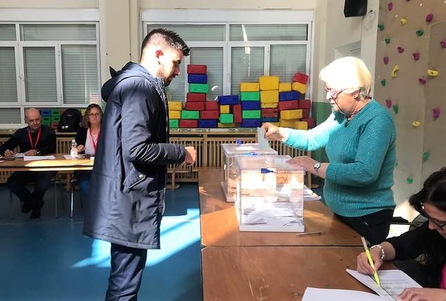 El candidato al Congreso Rodrigo Moreno votó en Añover de Tajo.