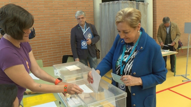 Paloma Sanz, durante la votación Lorenzo Aragoneses