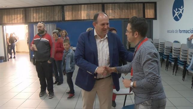 El candidato del PSOE durante su visita a un colegio electoral en la capital Lorenzo Aragoneses