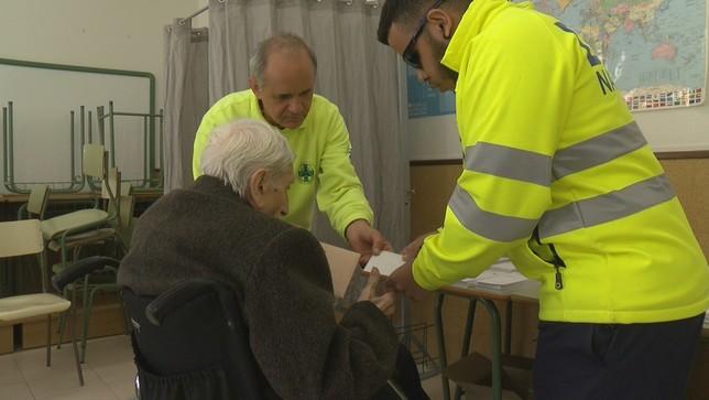 Personas con movilidad reducida votan gracias a DYA Navarra NATV