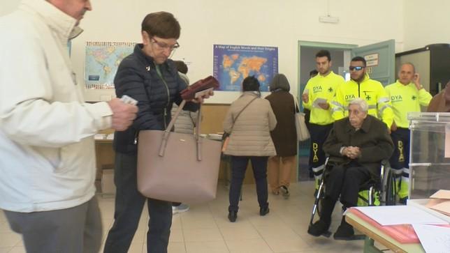 Personas con movilidad reducida votan gracias a DYA Navarra