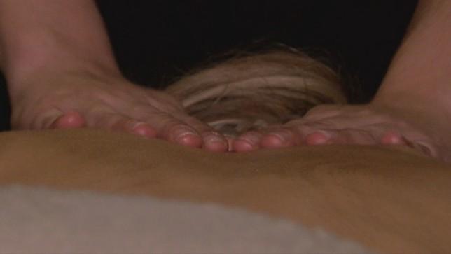 Un masajista trabaja en su consulta