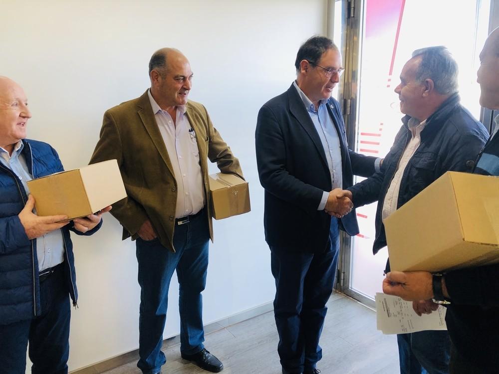 Prieto visita a la empresa que elabora zarajos en Villarta