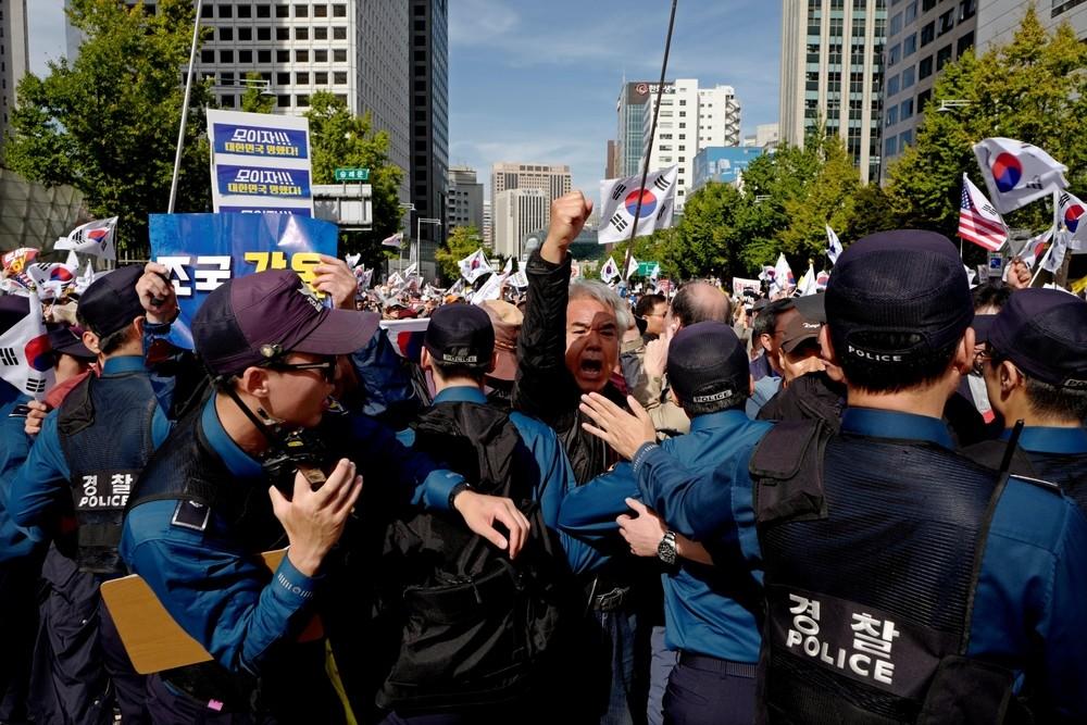 Seúl exige la dimisión del presidente surcoreano