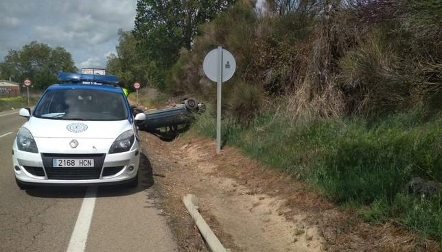 Un conductor ileso tras volcar en la carretera de Renedo @PoliciaVLL