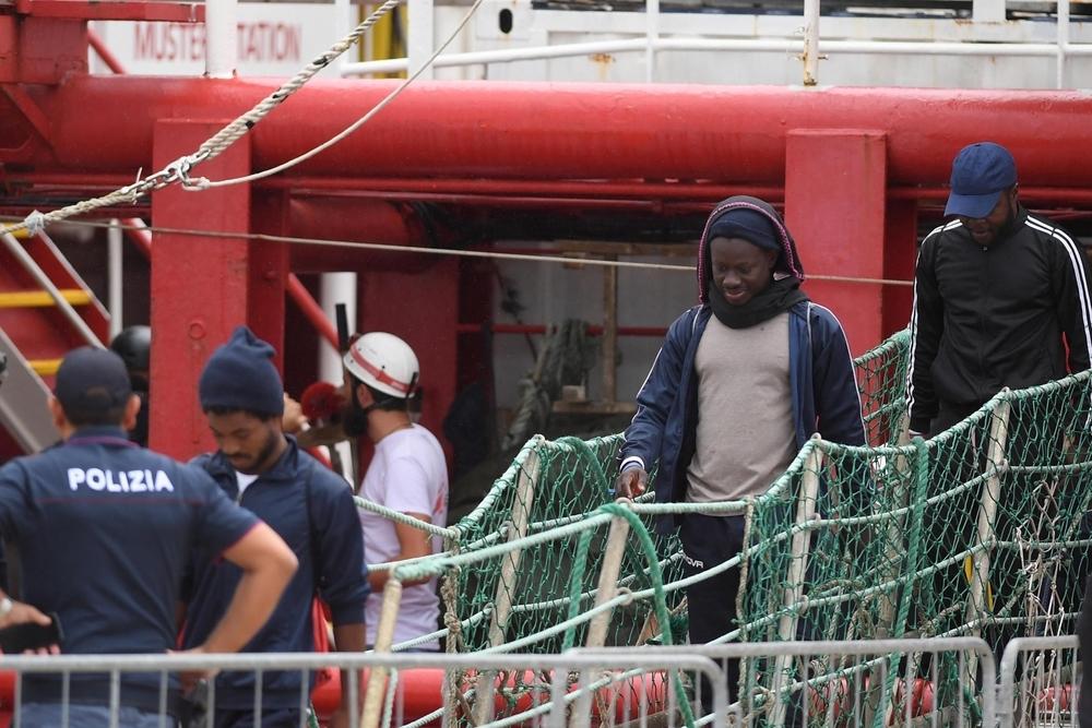 El 'Ocean Viking' desembarca en Italia a los 182 refugiados