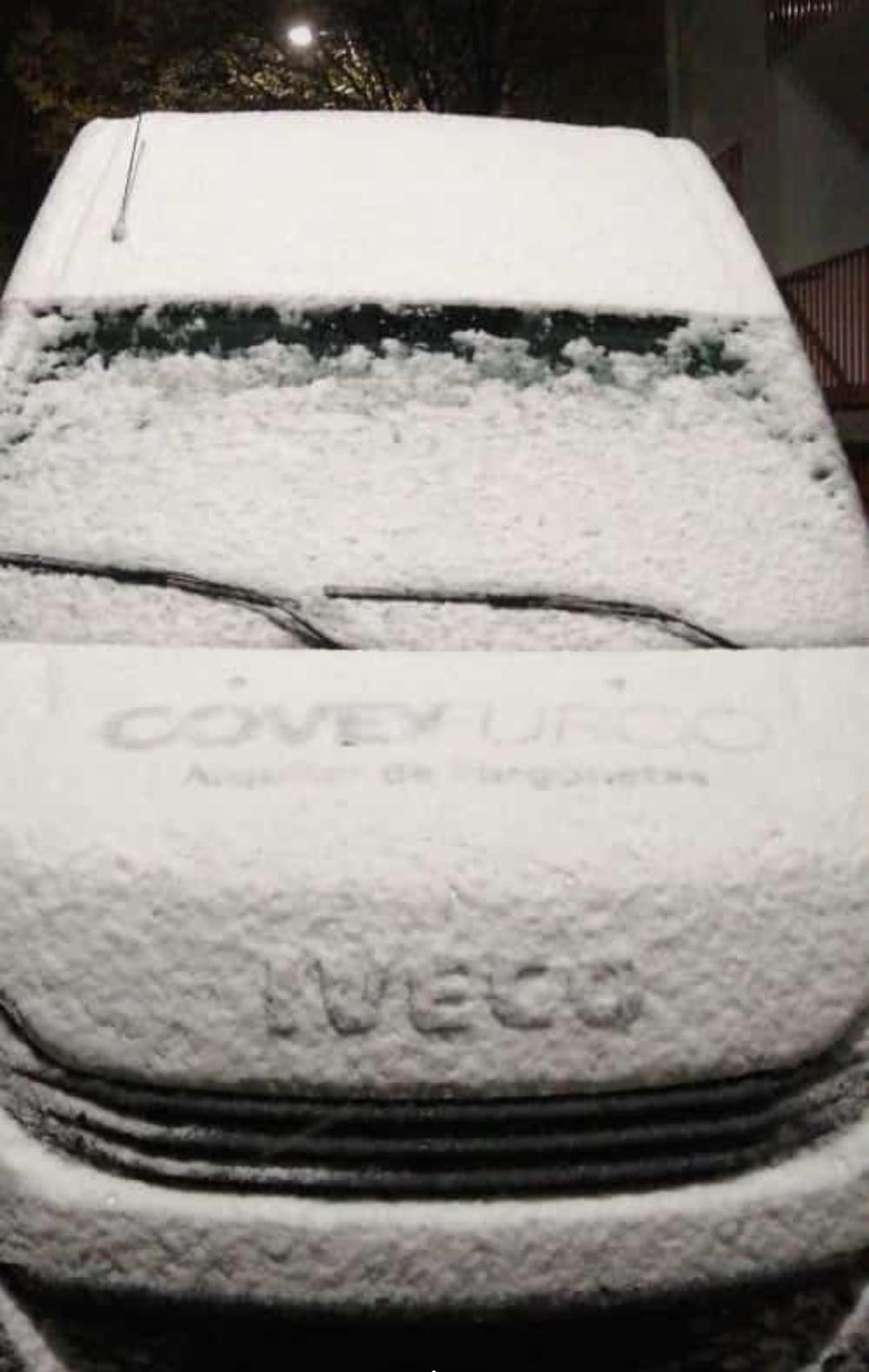 Nieve acumulada en un vehículo en El Espinar
