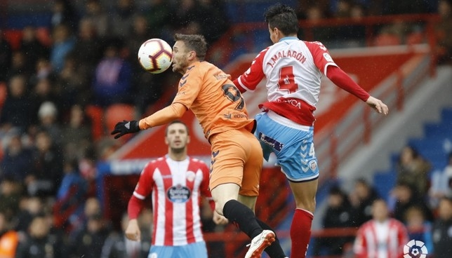 Xisco en una jugada del partido en Lugo